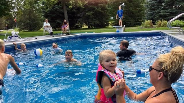 A 94 anni costruisce una piscina per i bambini del vicinato