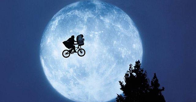 Esce al cinema E.T.