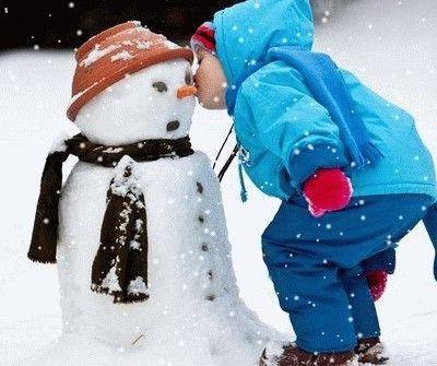 Bambini all'aperto col freddo e nanna sotto zero