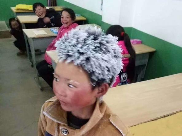 Wang Manfu, il bimbo cinese che sfida il gelo per andare a scuola