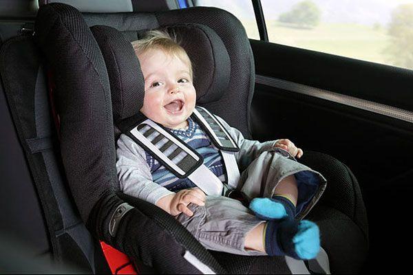 In auto senza seggiolini? I bimbi rischiano la vita