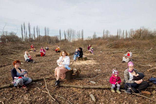 Le mamme polacche che allattano per difendere gli alberi