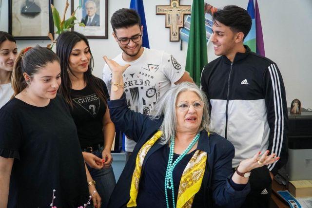 La Prof manca 2 giorni da scuola e i suoi studenti le salvano la vita