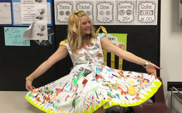 La maestra che si è fatta disegnare l'abito dai suoi alunni